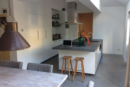 Modern family house 30 minutes from Amsterdam. - Laren - Huis