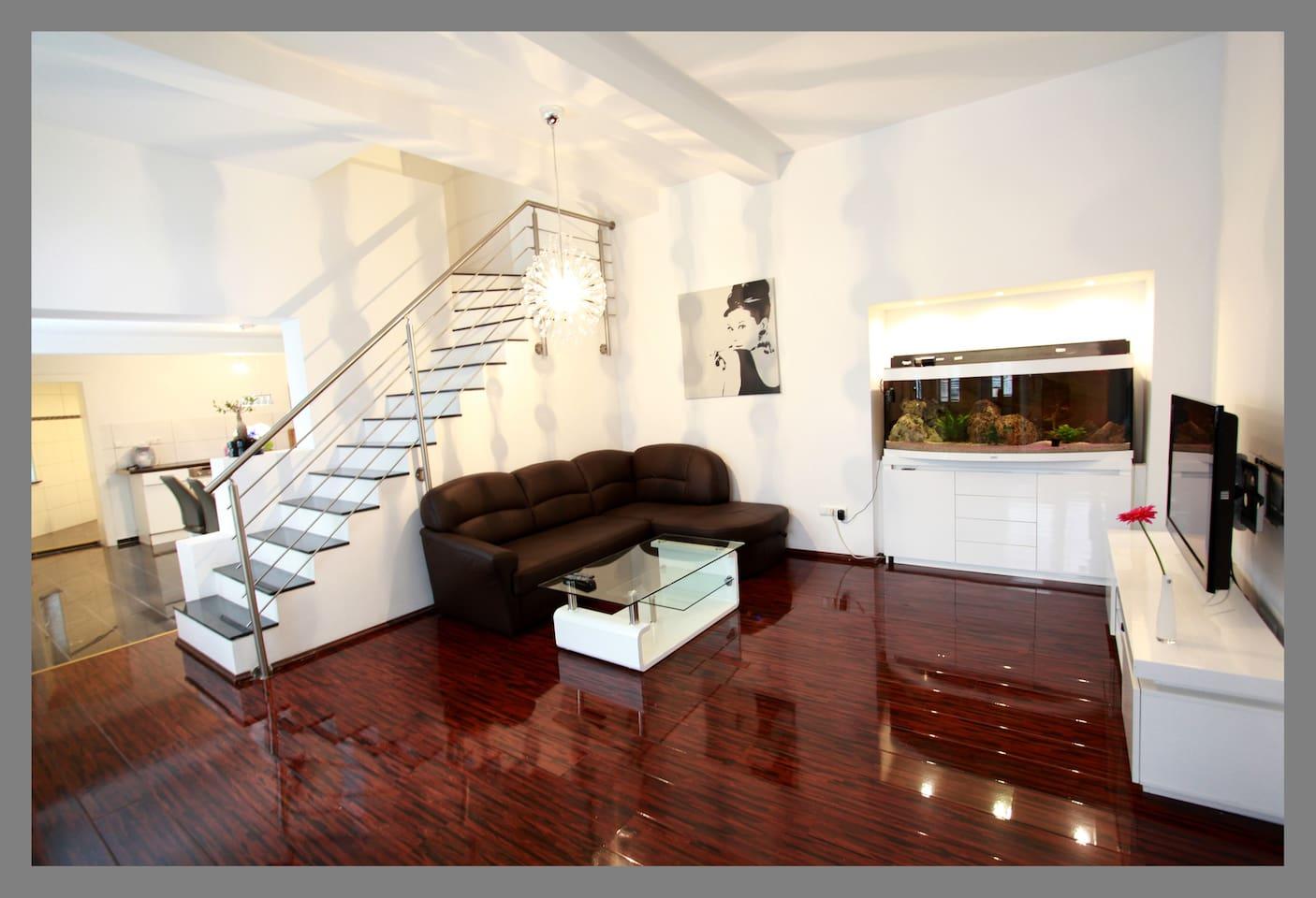 Stilvolles offenes Wohnzimmer mit Flatscreen-TV