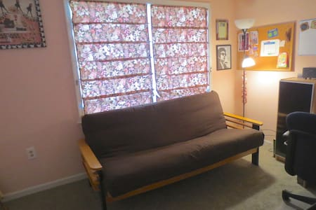 Comfy Futon near UD, Chadds Ford - House