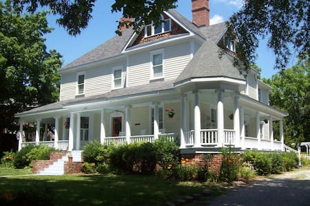 1906 Queen Anne Victorian - Greensboro - House