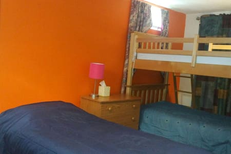 Cozy nice shared room for GIRLS - Waltham - House