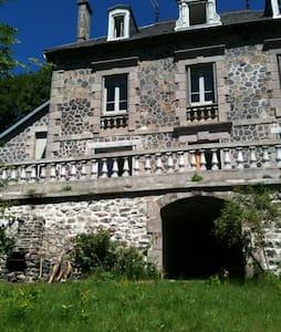 Cantal-Grande maison indépendante - Pradiers - Huis