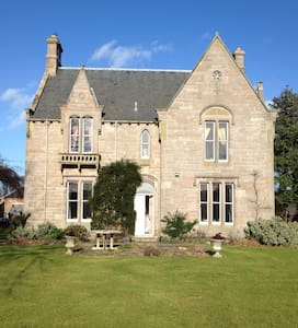 PRIVATE VICTORIAN HOUSE IN VILLAGE - Bed & Breakfast