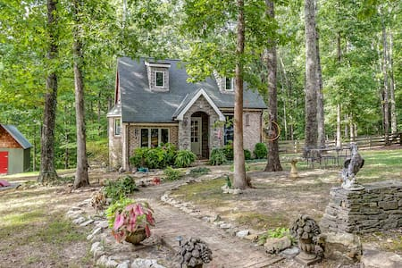 1BR Storybook Cottage, Charming Retreat on 8 Acres - Franklin - Casa