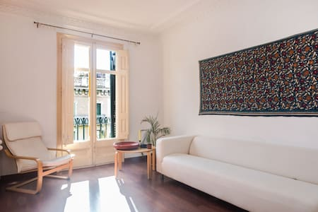 A large sunny room with a, in a quiet clean and beautiful, non-smoking apartment located in a great neighbourhood of the city. The rooms in rented out by an artist and yoga teacher from India. Great, shiny , warm energy. Welcome :)