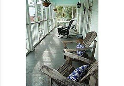 3 bed 2 bath Cottage 1 1/2 to beach