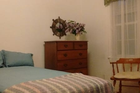 Simple Maine Comforts Guest Room - Belfast - Apartment