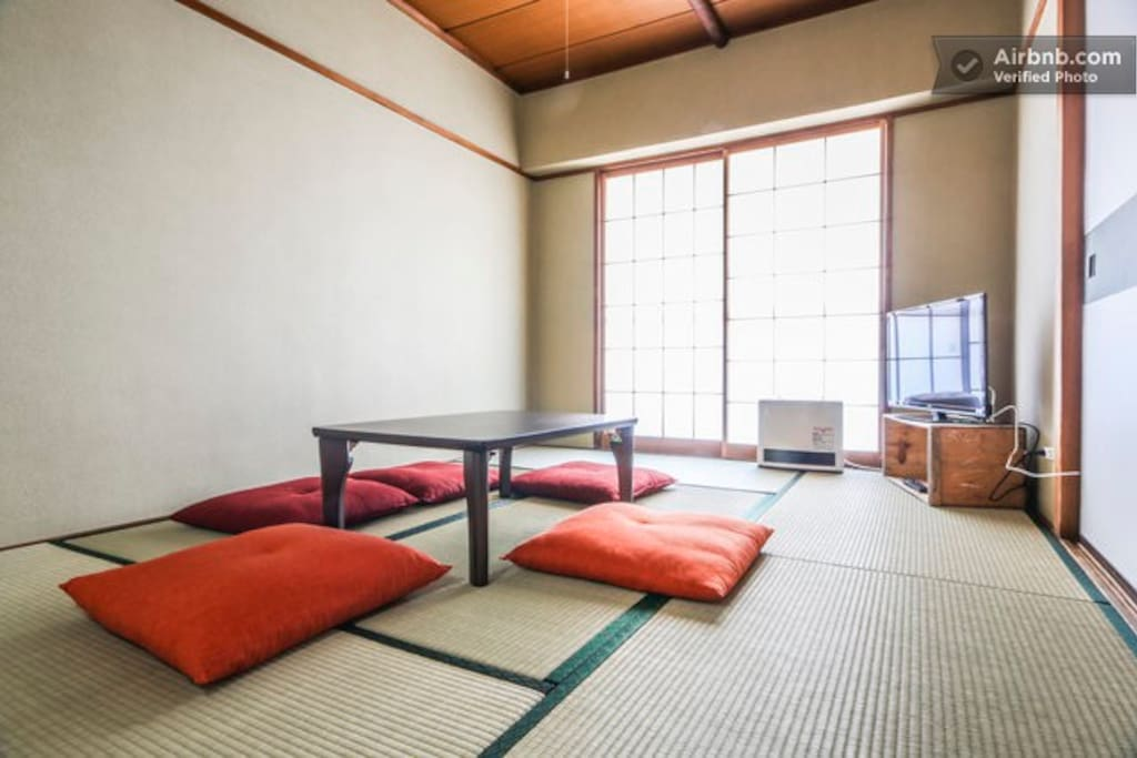 This is a private 2 bedroom apartment Only a 2 min walk from Roppongi Itchome station and 6 minutes from Kamiyacho station. First bedroom is a traditional Japanese tatami room. Table folds away to make space for traditional Japanese futons.