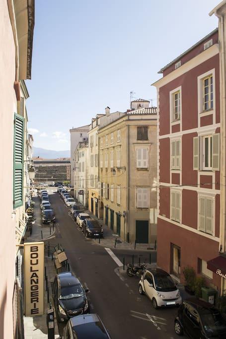 Vue sur la rue depuis le balcon, la Citadelle en fond