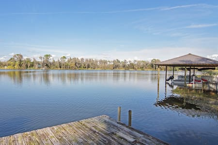 This charming Lakefront Apt. is rich in character. Located on 2 acres on a little country road, you can enjoy a getaway, while being centrally located. This is a completely non-smoking environment. Canoe, Fish, Rest & relax, read on the dock.