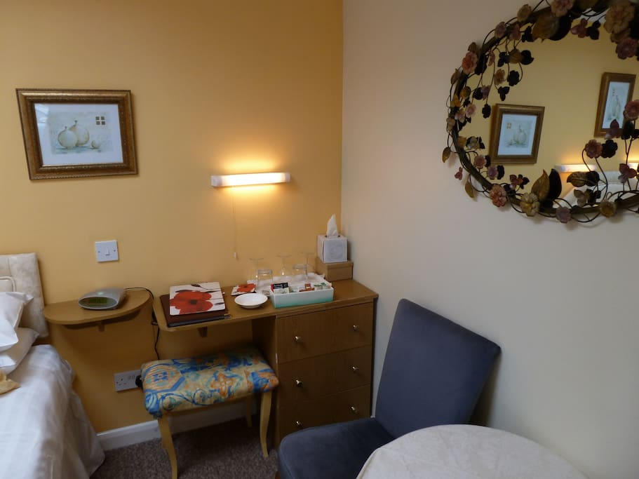 Dressing table and hospitality tray