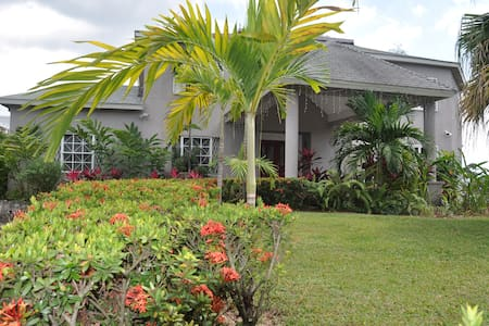 Lovely Home in Kingston Suburb - Kingston - Aamiaismajoitus