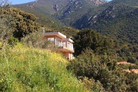 Villa entre mer et montagne - House