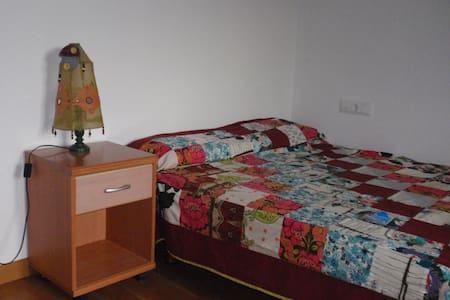 Habitación doble a 5km del centro de Pamplona - Hus