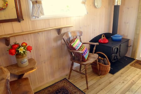 Ling's Meadow Glamping - Living Van - Chata