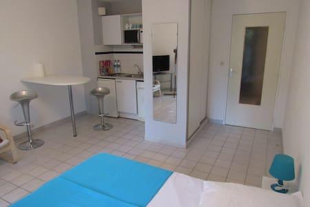 Studio équipé 30m² rdc avec terrasse de 20m² - Appartement