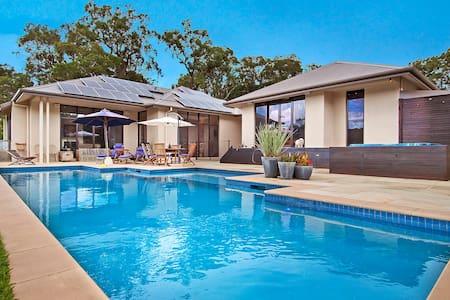 Contemporary luxury on 5.5 acres  - Hus