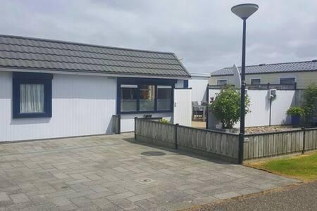 Gemütliches strandnahes Ferienhaus,Burgh-Haamstede - House