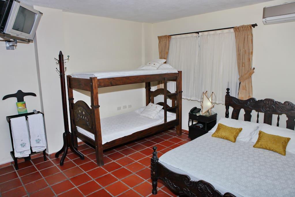 Habitacion para cuatro personas. Baño privado, agua caliente, tv por cable, telefono llamadas locales. ventilador o Aire acondicionado.