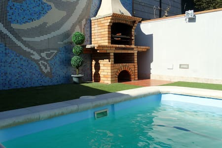 Beautiful townhouse: pool & BBQ, Meneses (203675) - Ház