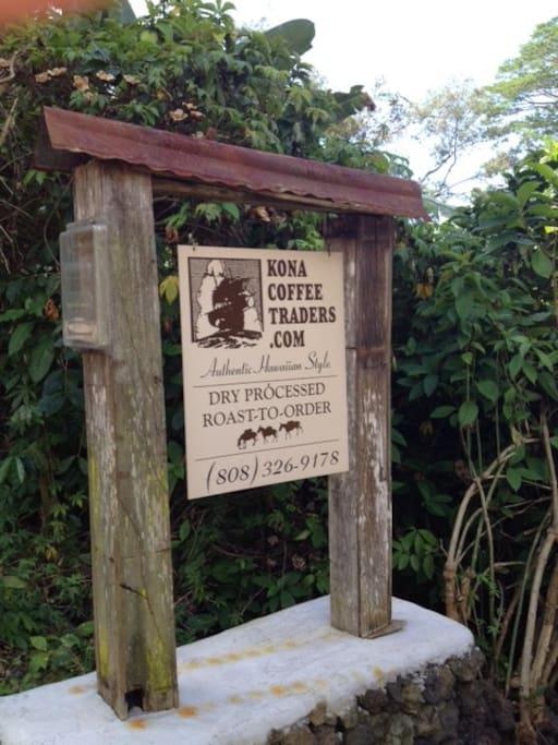 Holualoa Hostel Landmark - Kona Coffee Traders Sign