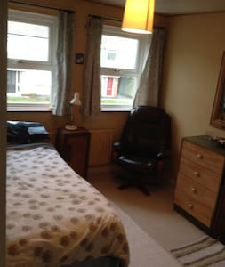 Clean quiet room in a central location - Darlington - Apartment