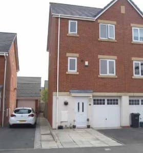 Cosy family home - Ellesmere Port - 一軒家