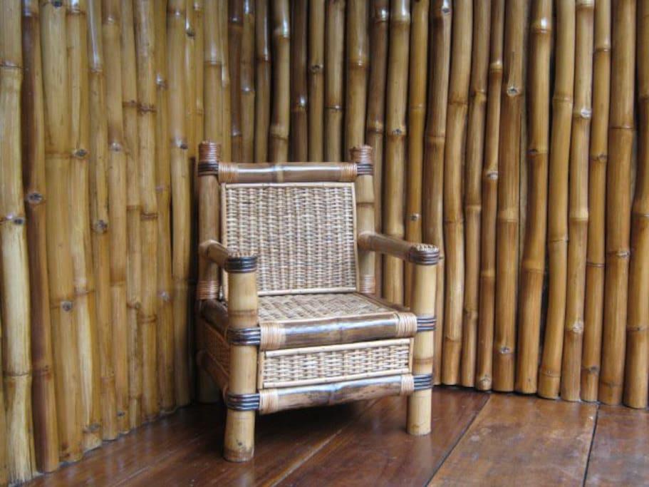 La terrasse en bambous et son fauteuil en rotin.
