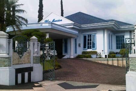 Private Villa Blue Mansion - Bandung