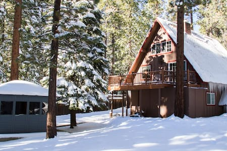 Multi Level A-Frame Cabin + private hot tub/sauna - Cottage