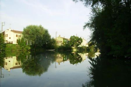 Maison typique de La Venise Verte - Damvix - Hus