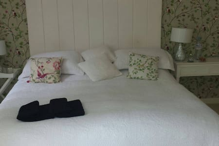LOVELY DOUBLE ROOM; SUPER KING BED. other rooms - Torquay