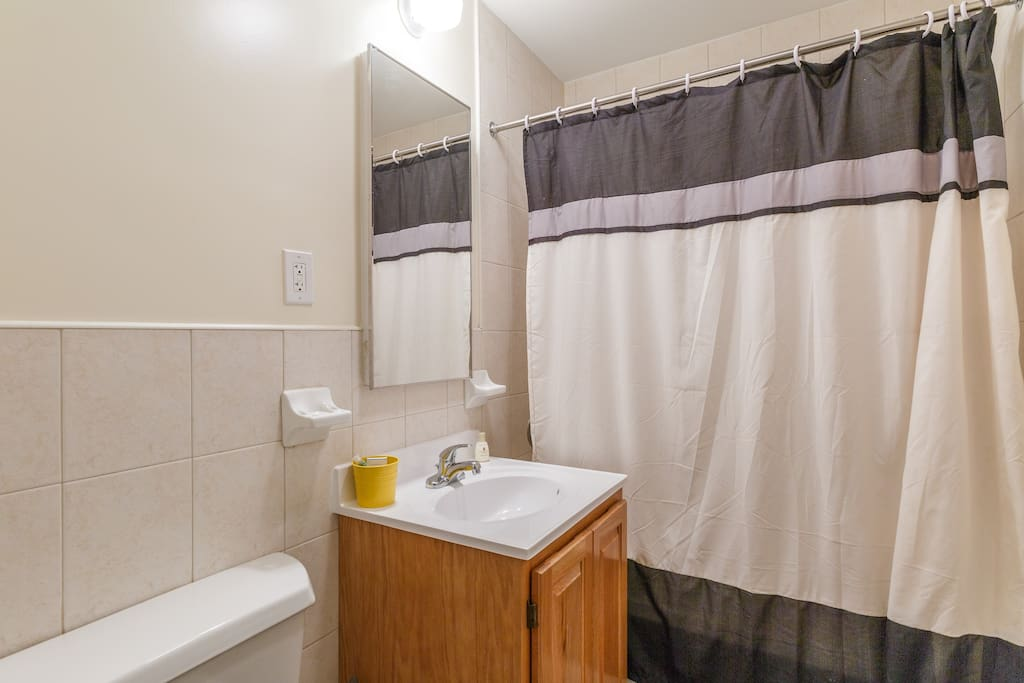 A clean 4-piece bathroom with two towels and two wash cloths