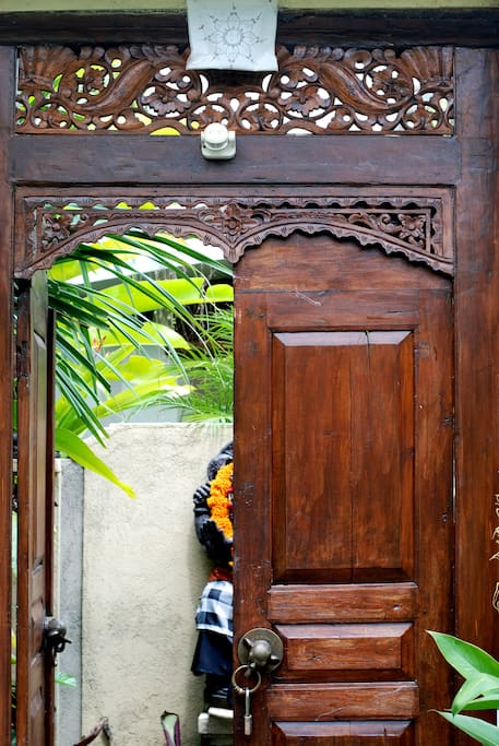 Welcome! Here is the front door… beautiful woodwork.