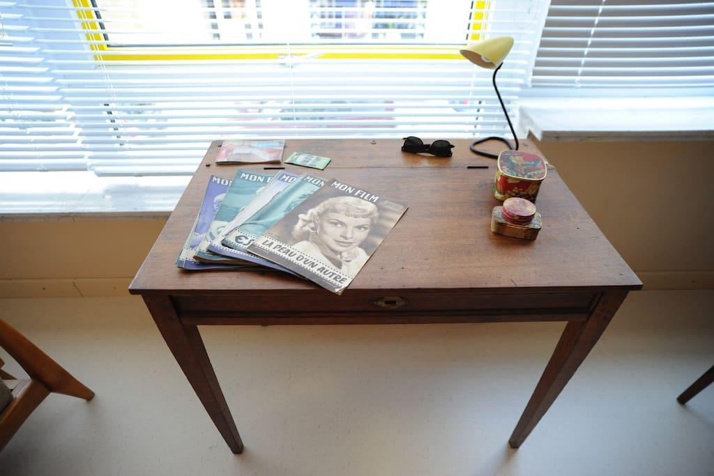 bureau met retrolamp met oude filmmagazines