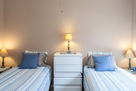 Large bedroom with twin beds and pool/spa. - Bermuda Dunes - Bed & Breakfast