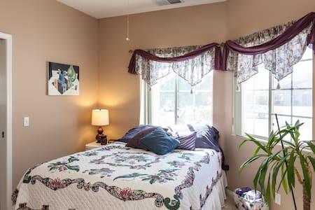 Queen en suite, walk-in closet, pool/spa - Bermuda Dunes - Bed & Breakfast