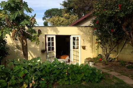 Self-catering garden cottage near River & Beach - Apartment