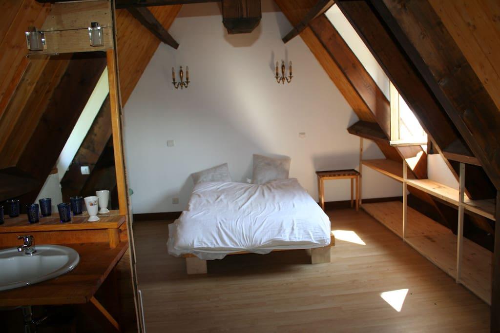Chambre 1 à l'étage avec salle de bain