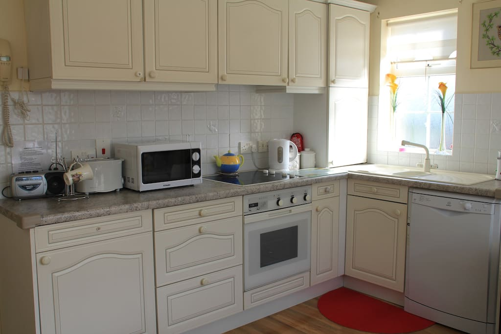 Fitted Kitchen, toaster, fridge, cooker, dishwasher and microwave