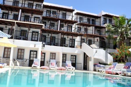 Jarra Hotel Sea and pool views