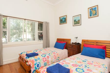 Comfortable twin beds. Private bathroom. Wireless internet. Use of Kitchen and lounge. 5 minutes walk to Bus/Train station. 15 min to Bronte, Coogee & Bondi Beaches & city. Central to parks shopping beaches, city and harbour