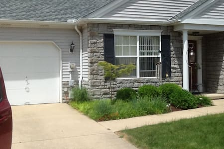 Cozy Condo 15 minutes from Downtown Cleveland!!! - Kondominium