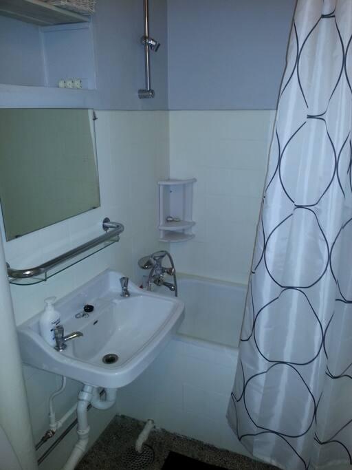 Badeværelse med badekar og brus