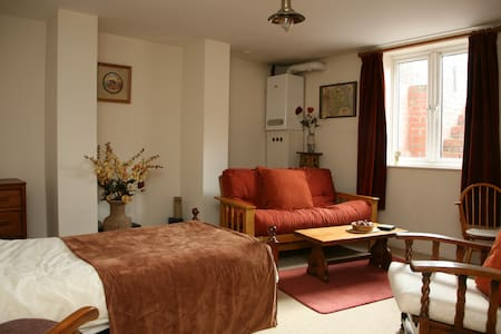 Characterful and cosy basement flat. 2 Bedrooms - Leeds - Apartment