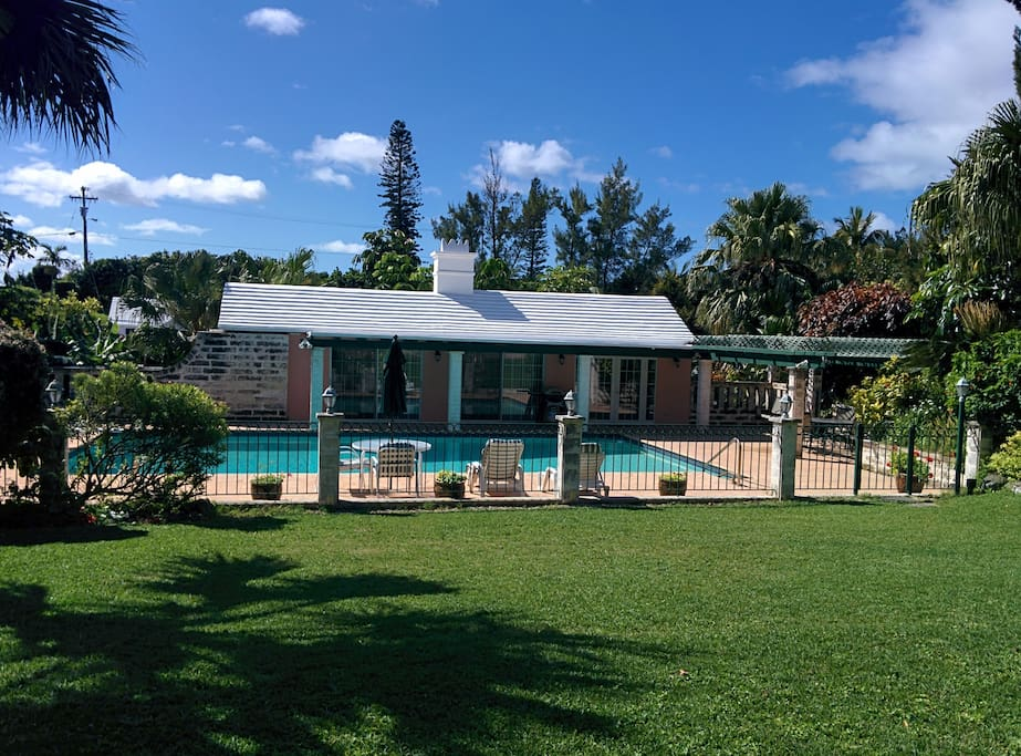 Quaint 1 Bedroom Pool House Houses For Rent In Southampton