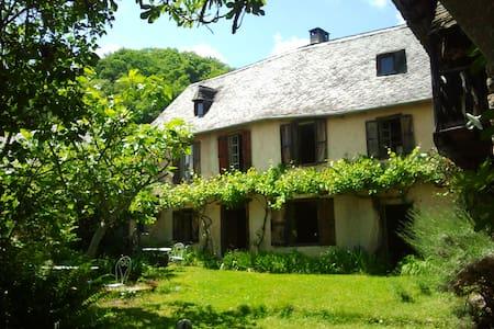 Aile d'une belle maison ancienne - Huis