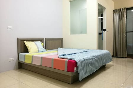 Homy. MRT R12 Station Brand-New Suite - Bed & Breakfast