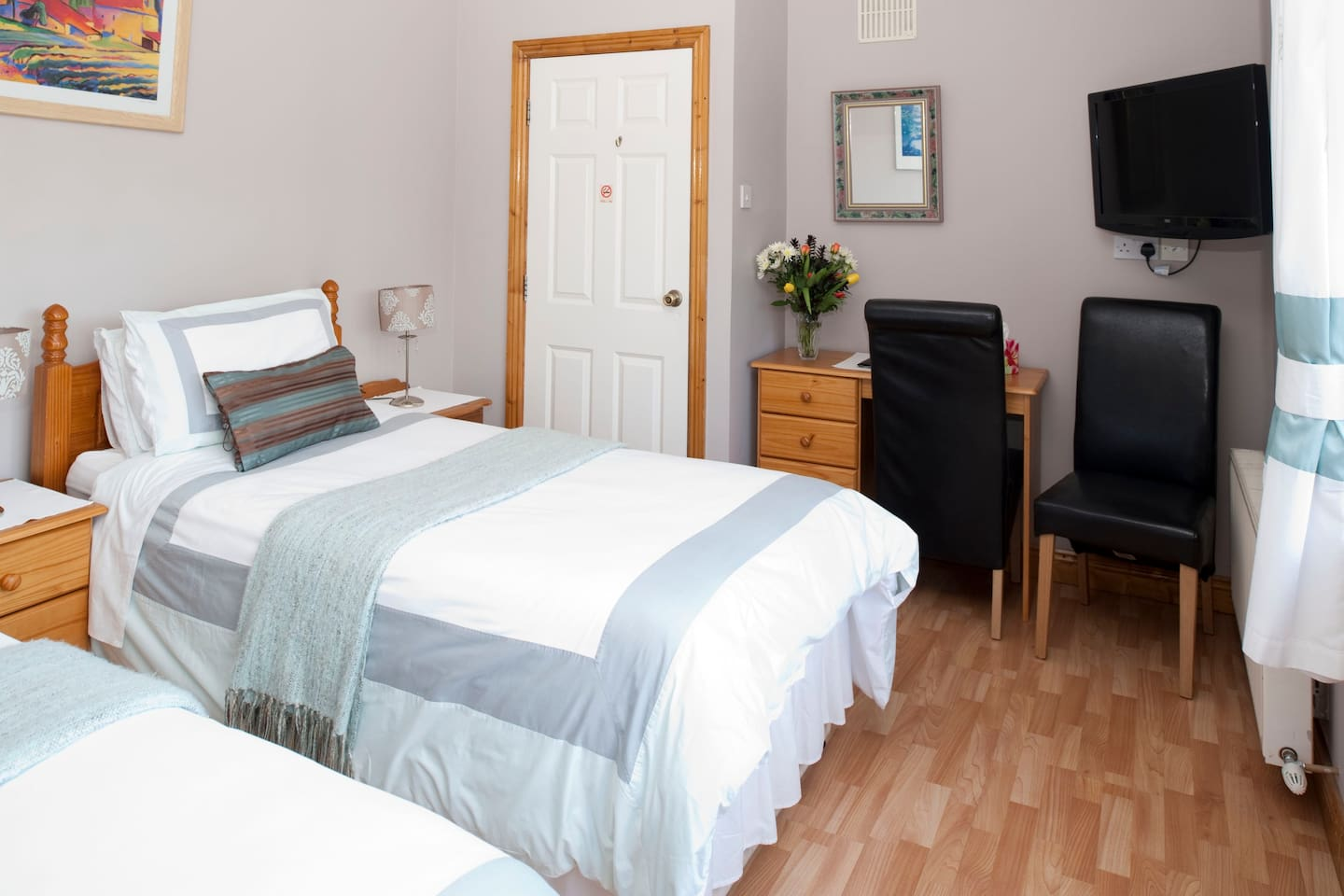 Twin Ensuite Room - Free Wi-Fi , Car Parking , Tea /Coffee