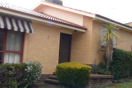 a curved street,  - Giralang - Rumah